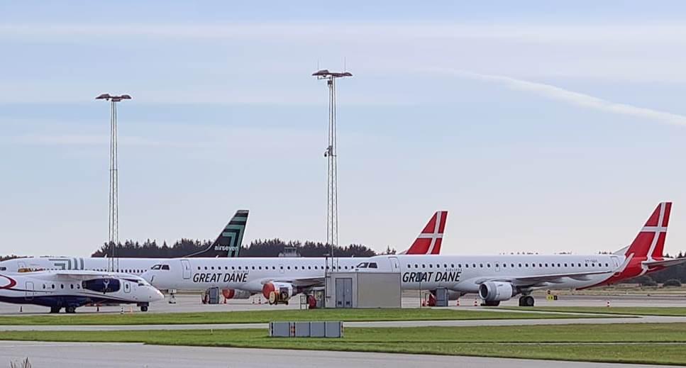To af Great Dane Airlines tre Embraer E195 er parkeret i Billund Lufthavn. (Foto: Mogens Voigt Jørgensen)