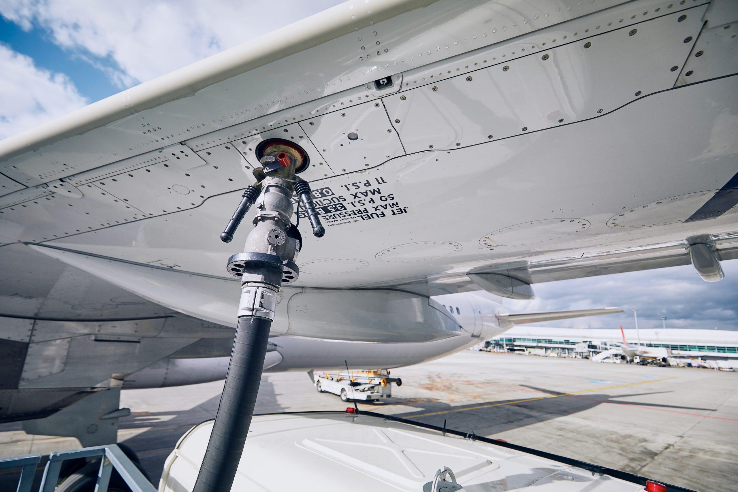 Fly tankes med jetfuel. (Foto: Jaromir Chalabala | shutterstock)
